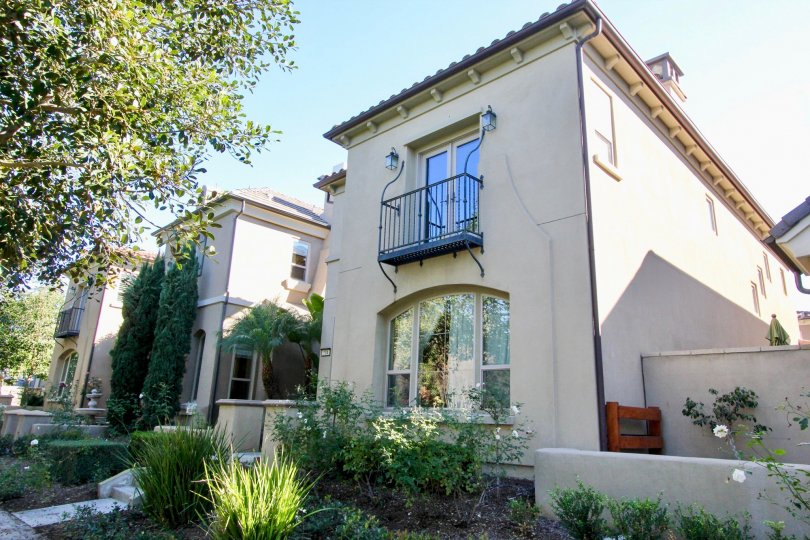 Cachette homes are located in the coastal area of Irvine, California. The Cachette neighborhood is located in the Woodbury Irvine neighborhood with homes built between 2005 to 2006. The townhouse style as pictured above features three to four bedroom floo