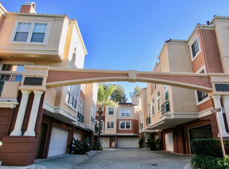An arched courtyard in the Corte Bella community surrounded by three-storey houses.