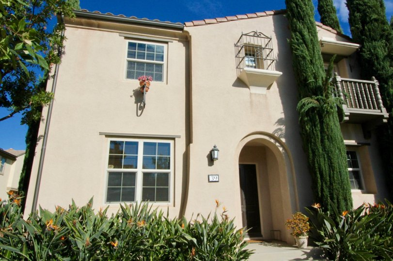 THE HOME WITH PLANTS, TREES, FLOWERS, GLASS WINDOWS ARE THERE IS LOCATED IN DECADE COMMUNITY