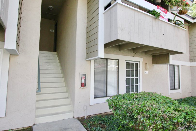 Compact and convenient villa in Irvine Springs with a lawn