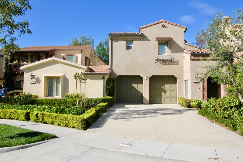 LOS ARBOLES Condos For Sale The spacious Spanish two-story townhome style condos at Los Arboles are detached residences designed for maximum comfort and privacy nestled in among the trees just off Portola Springs Parkway in Irvine. This community has two