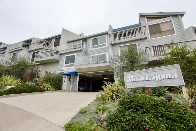 THE 21621-21675 HOUSES IN THE ALISO LAGUNA WITH THE ALISO LAGUNA BOARD, PLANTS, TREES