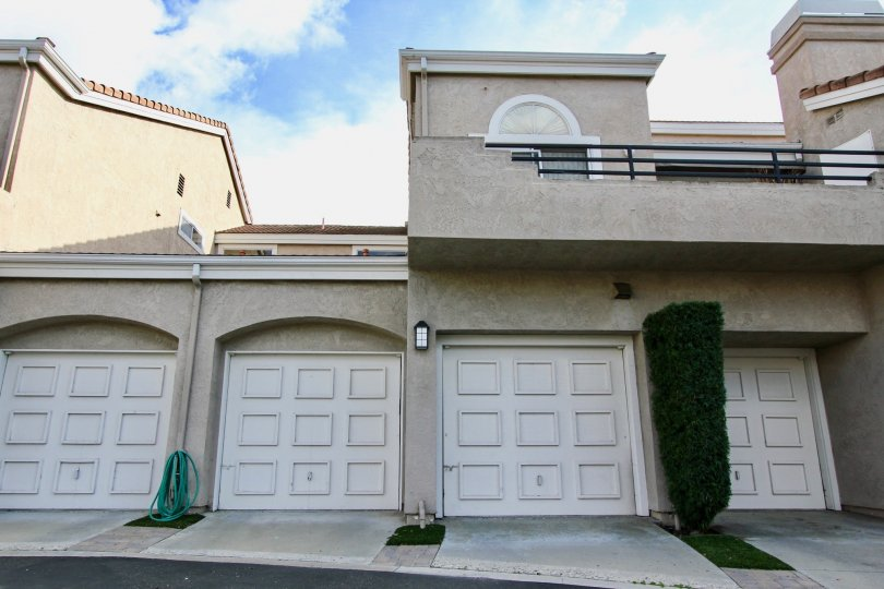 Expressions homes are located in the coastal community of Laguna Niguel. The Expressions community features one to two bedroom condos in the Rancho Niguel area of Laguna Niguel. The condos were first built in 1989 and features various floor plans that ran