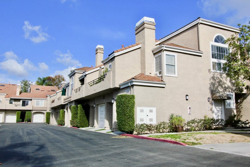 The condos at Expressions are low-rise Mediterranean townhome style units in North Laguna Niguel just off Crown Valley Parkway. This palm-studded property is within walking distance of the grocery, shops, theaters and restaurants and just minutes to area