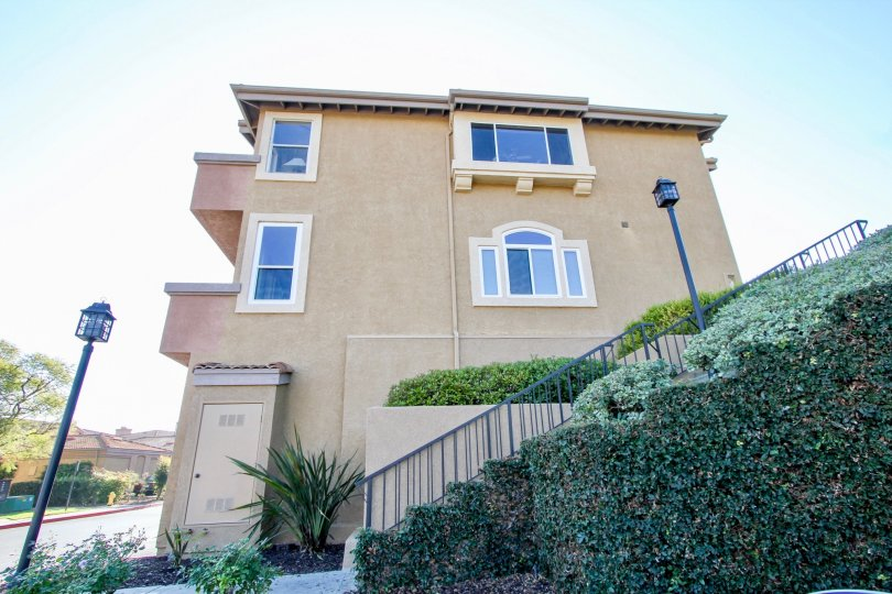 La Vista condos are located in the coastal community of Laguna Niguel. This is a popular community located near the El Niguel country club golf course with one and two bedroom condos that range in size from 740 to 1, 200 square feet. Built in 1989, the co