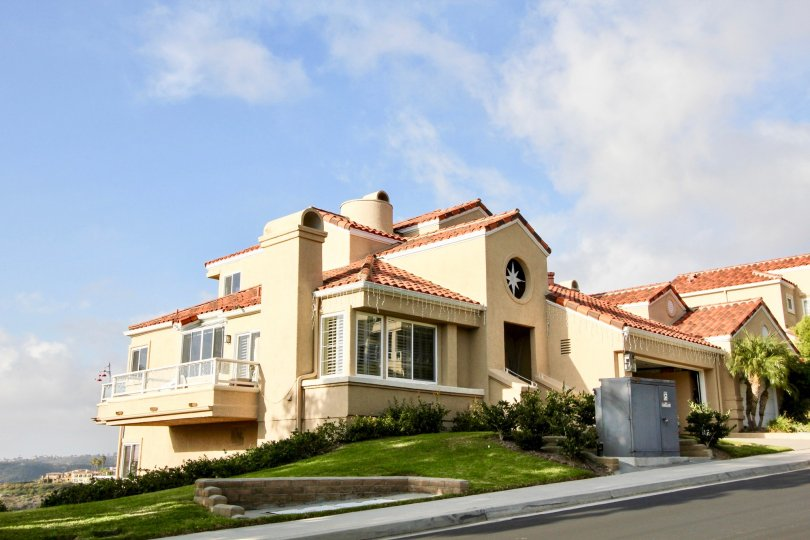 Hill top home with huge balcony and tiled roof in Laguna Sur.