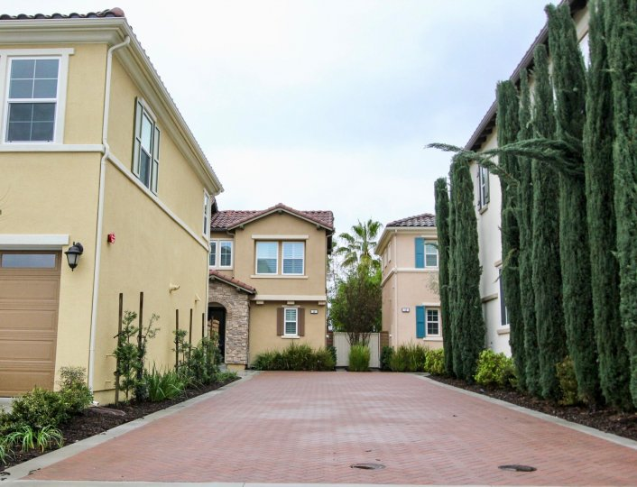 At Baker Ranch, Lake Forest, CA. Two to Three-Story Motor Court Townhomes located in the exceptional master planned community of Baker Ranch. Beds: 3-4