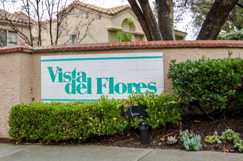 The welcome sign of the Vista Del Flores in Lake Forest, CA