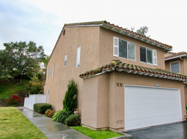 Emerald Pointe real estate is conveniently close to schools, entertainment, freeways, parks and schools, and all of the upscale-suburban Emerald Pointe condos for sale have Lake Mission Viejo membership which includes boating, resort-style sandy beaches,