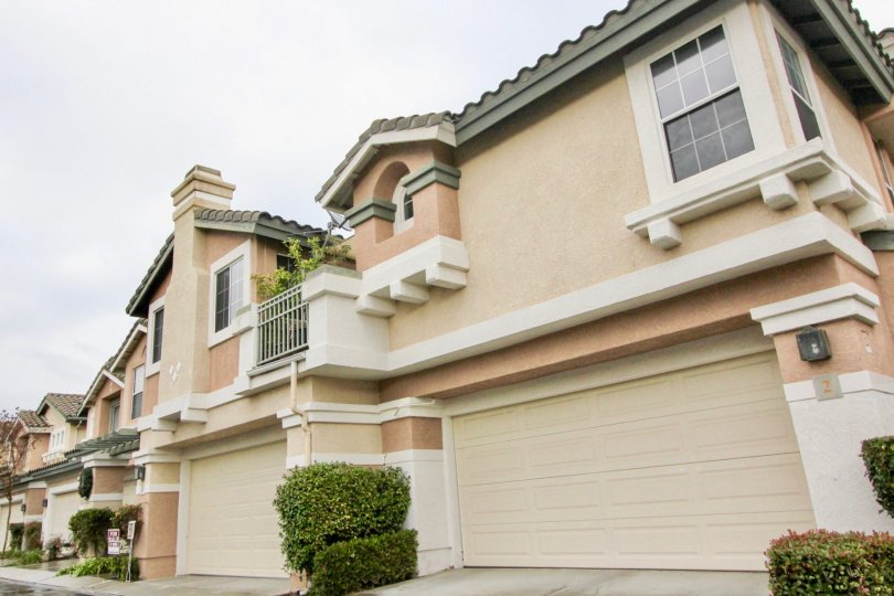 spacious townhomes with big garages and private balconies in the community of mirasol in Misson Vejo California
