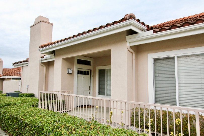 The Palmia Courts 2 Mission Viejo living space with two to three bedrooms, two or two-and-a-half bathrooms and an attached one or two-car garage. Many plans include family rooms and some offer additional features such as a den or cathedral ceilings.