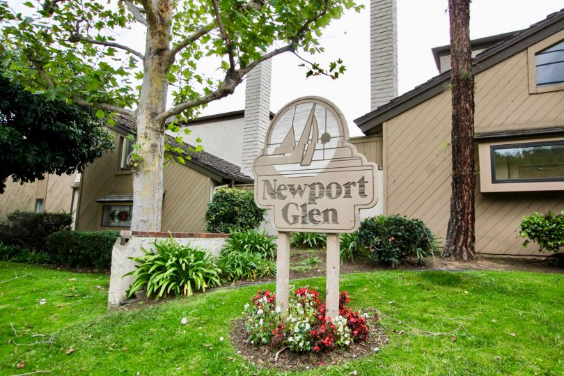 THE HOUSE IN THE NEWPORT GLEN WITH THE NEWPORT GLEN NAME BOARD, LAWN, TREES, PLANTS
