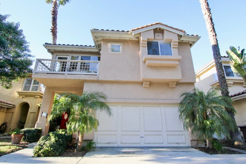 A cream coloured Villamar house with palm trees in San Clemente, California
