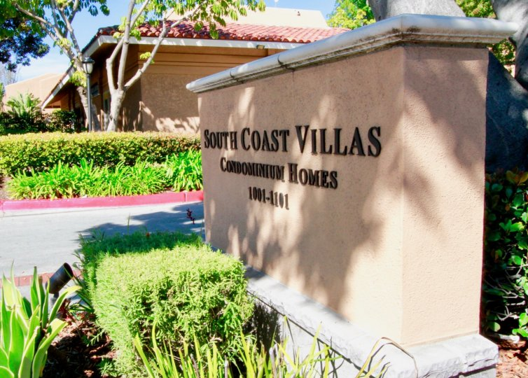 A large wall inscribed with the name of south coast villas community