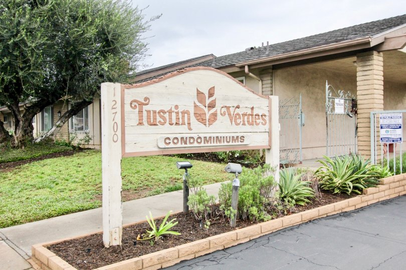 THIS Place is situated in the community of Tustin Verdes, which views the stone board and the backside tree is there in the city of Tustin