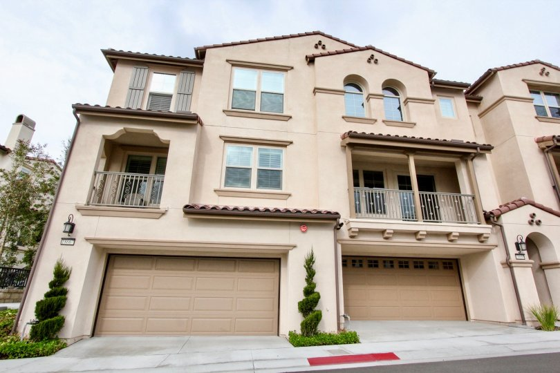 Residential homes with balconies and garages in Palisades at Vista Del Verde community.