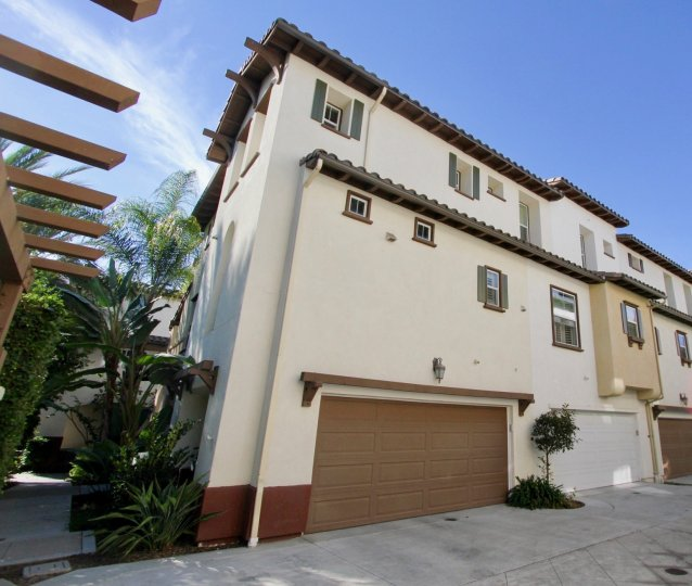 Beautifully Condominiums town home in highly sought after community. Close to movie theaters,