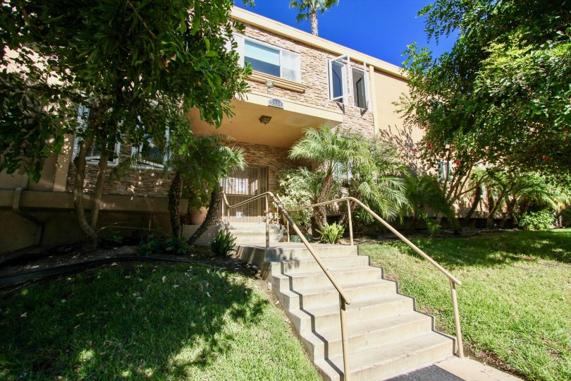 20th century modern meets tropical paradise in this lovely California college community.