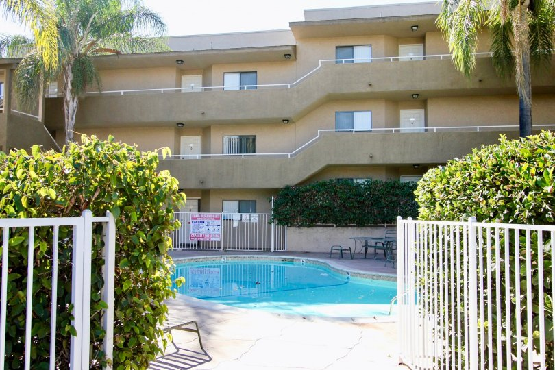 THE APARTMENT IN THE GLENRIDGE WITH THE SWIMMING POOL, TABLES, BALCONIS, PLANTS, TREES