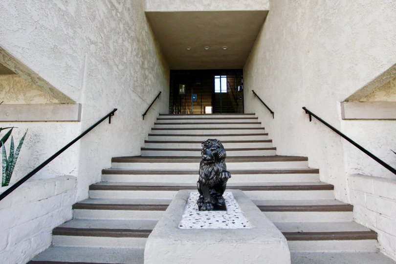A statue is placed in front the apartment placed in Villa Corona
