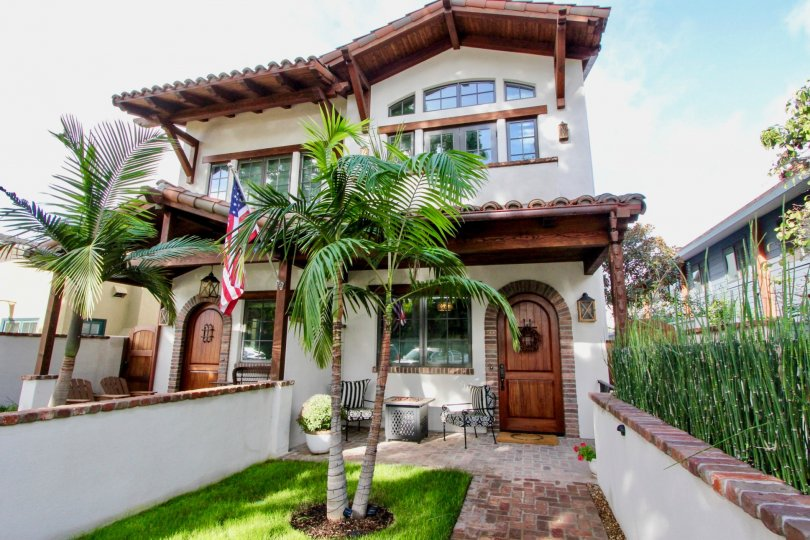 A beautiful house with wooden details in Villas, city of Coronado in California