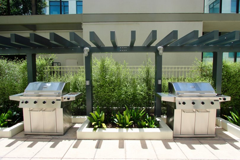 An outdoor barbecue area in Alicante community Downtown San Diego CA.