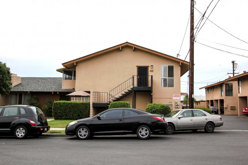 beautiful green grasses, car parking, wonderful home where a family can stay with a cool climate, Barbara Terrace, California