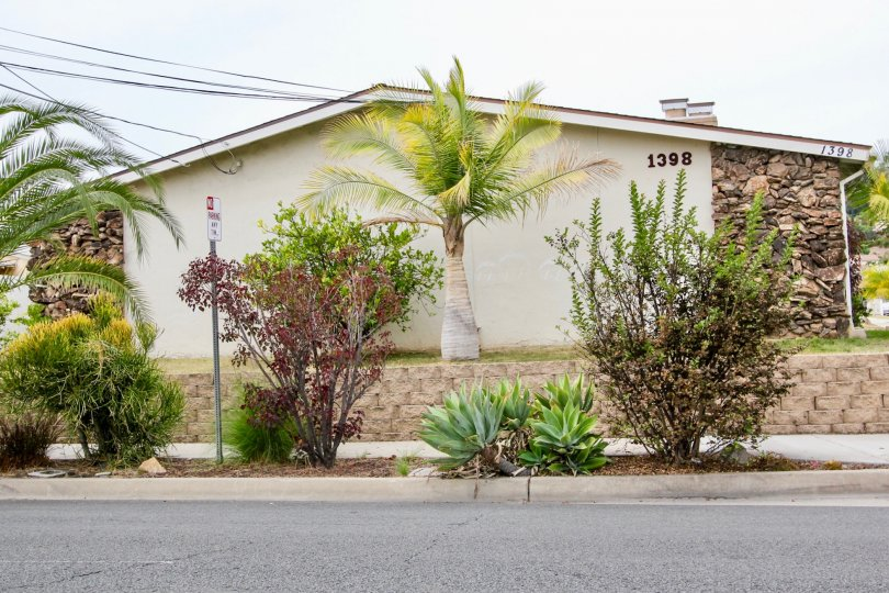 The road side of Cuyamaca has villa with 1398 and street lamp