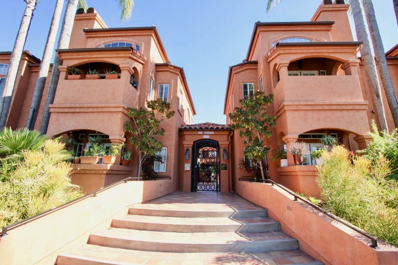 A ranch-style townhouse with terracotta motif in the Casa Barcelona neighborhood.