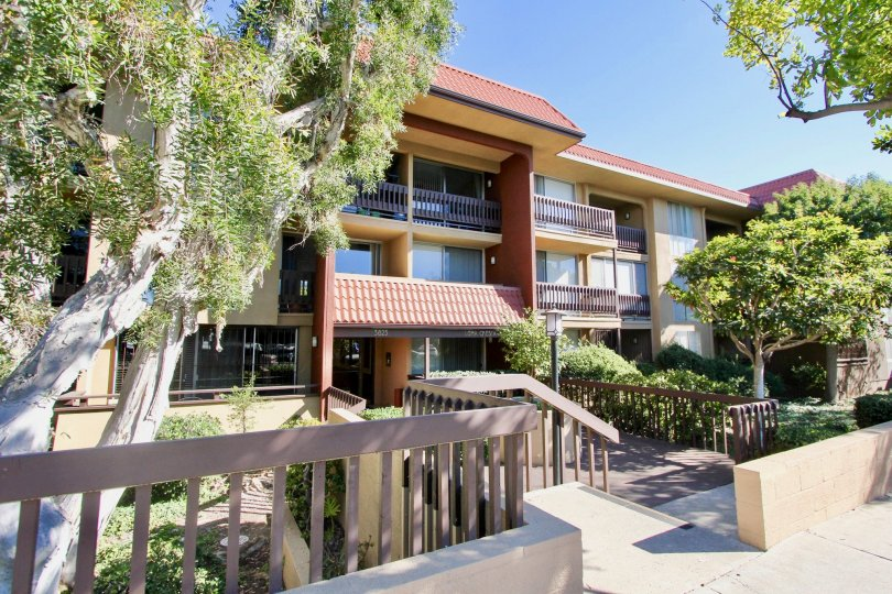 A sunny day in the Loma Cresta with residential apartment and trees.