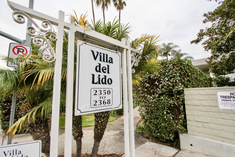 White sign with black writing outside of Villa De Lido in La Jolla California