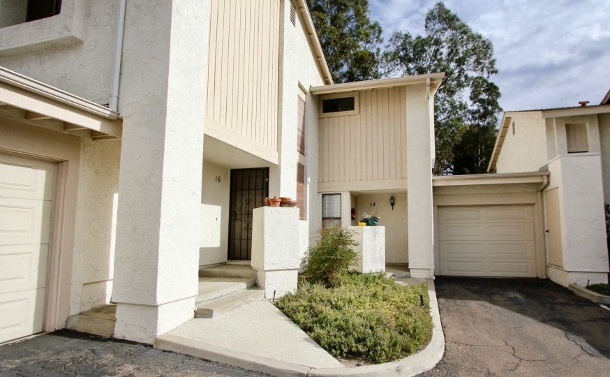 A villa with a small garden and car parking in Hillside Village of La Mesa
