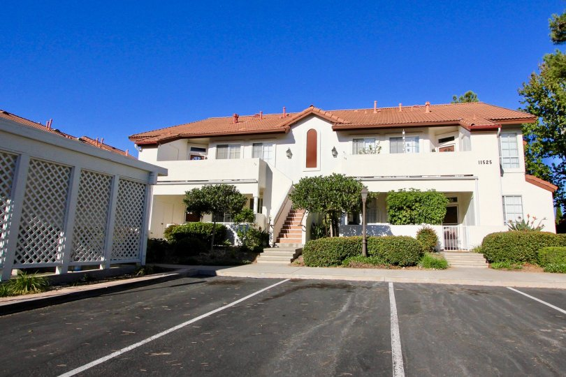 Mansion with huge parking lot, beautiful scenery and garden