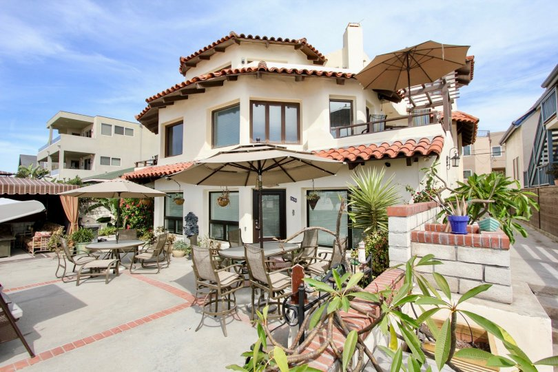 This oceanfront hotel is 10 minutes' drive to Sea World Park and within 20 minutes' drive of the University of California. The San Diego Bay area offers many activities including water sports, bicycling, surfing, tennis and shopping. Mission Beach is a gr