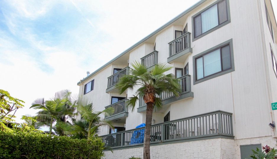 A white apartment building in the Fijian Community in Mission Beach California.