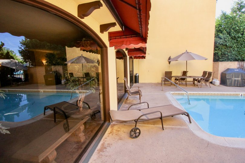 A quiet swimming pool with rest place and a good ambience in the Eagle Canyon community of Mission Hills, California.