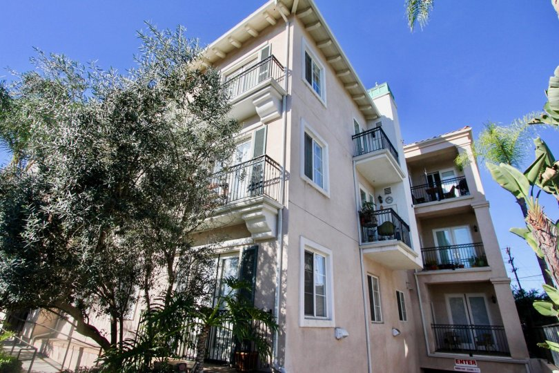 View of a residence of three floors with balconies in the Villa Portofino on Front