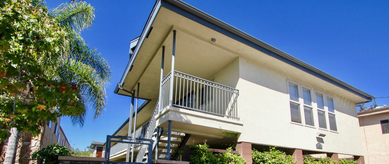 house in West Mountain View Condos, elegant modern look with a white paintjob and blue tints