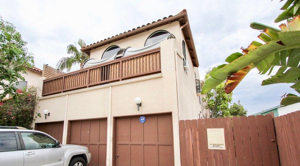 A sunny day in the area of Casa Balboa I, car, balcony, garage, tree