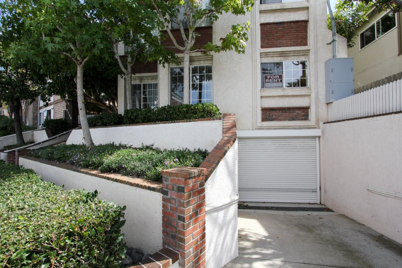 a house in Poinsettia Villas ocean beach thats on rent with a viewof its garage enterance