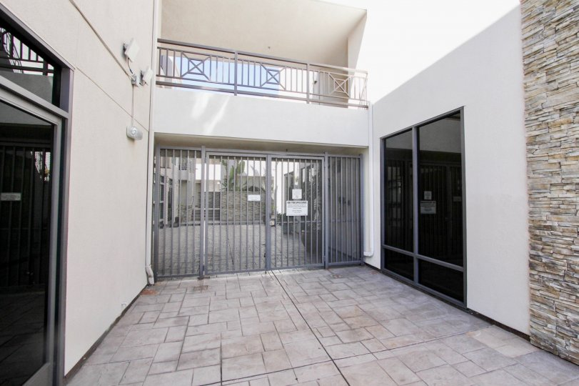 THE BEAUTIFUL HOUSE IN THE PACIFIC BEACH SANDS WITH THE GATE, GLASS DOOR, BALCONI