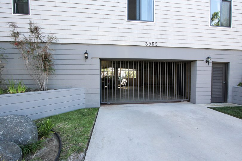 Beautiful villa with a grill gate entrance and parking place in Venice Park of Pacific Beach