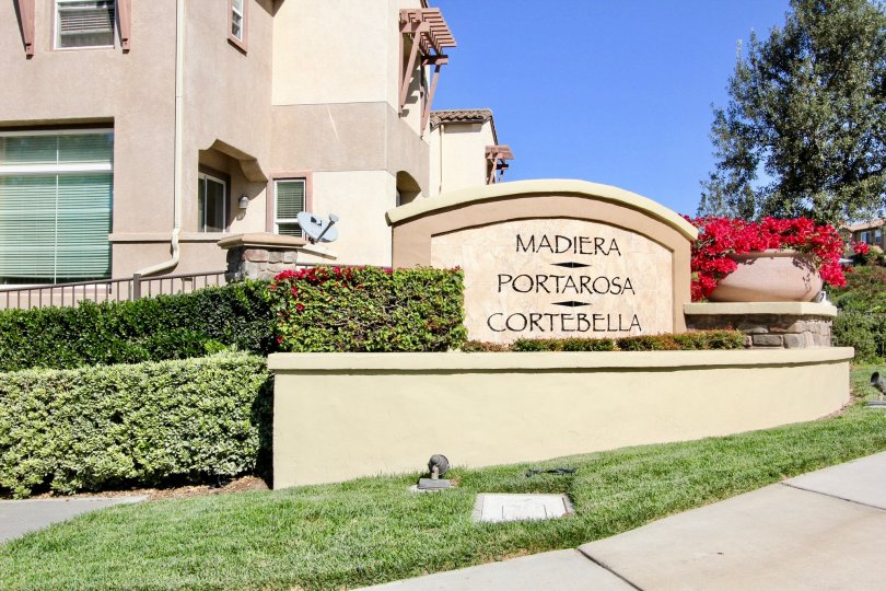 An arched signage with beige motif in the Madiera neighborhood.