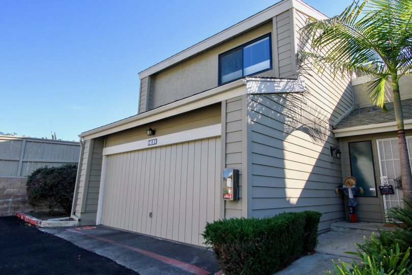 Beautifu sunny day in vista california at the durian place townhomes, welcoming shrubs and palm trees