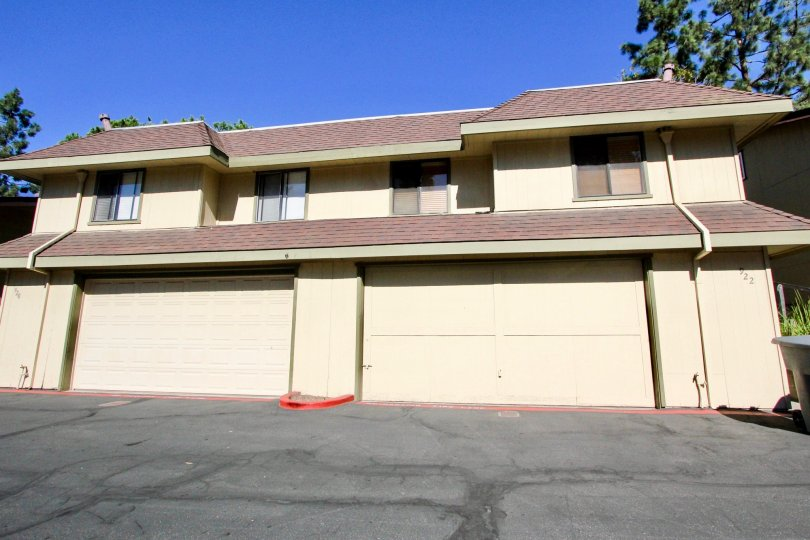 a home that have two garages in ground floor from the city of vista