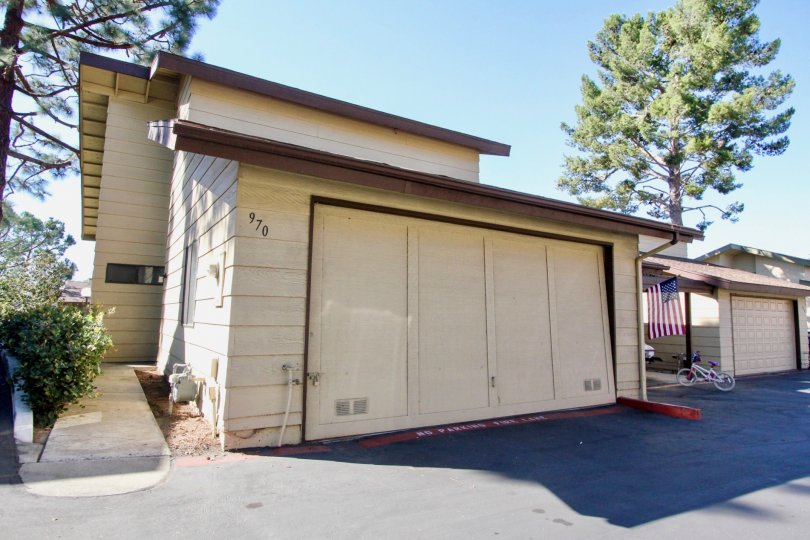 Large house with ample parking space in a sunny neighborhood of Marlin Terrace